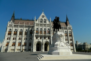 Count Gyula Andrássy reinstalled outside Parliament