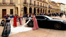 Society bride arrives at San Isidoro